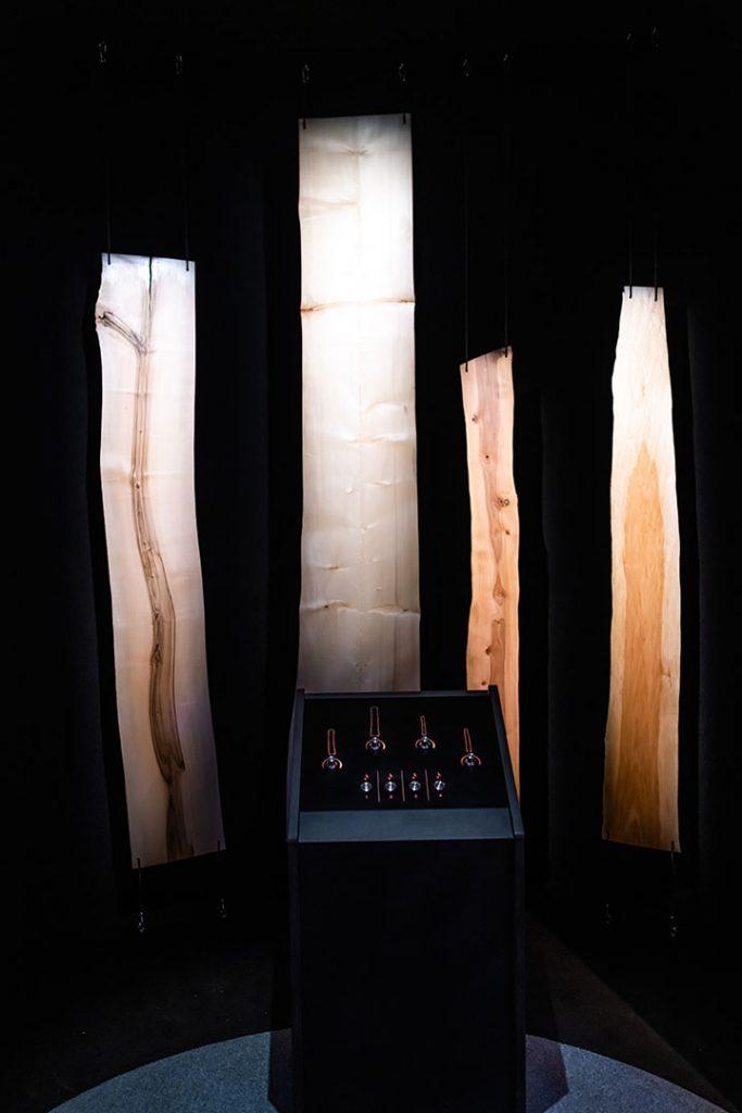 Ole kapellimestari puuorkesterille SuperPUU-näyttelyssä.